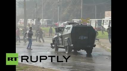 Водно оръдие в Чили срещу протестиращи рибари