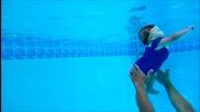 7 месечно бебе плува под вода.