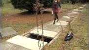 Момиче неуспешно прескача дупка
