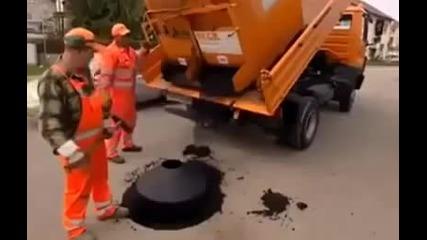 Какво правят немците, когато капакът на шахтата пропадне