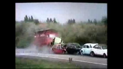 Камион Се Разбива В 5 Коли