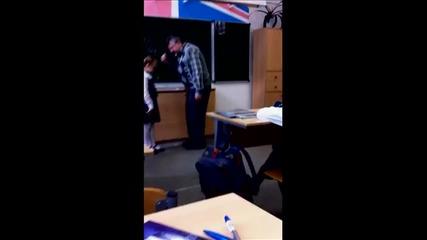 Руско момиче удря учителя си по топките.