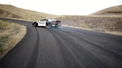 Дрифт с мотори и полицейска кола