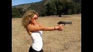 Мацка стреля с огромен пистолет .супер откат