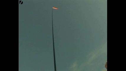 - човек балансира 16 метрова тръба с брадичка