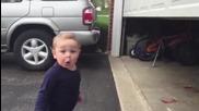 Реакцията на бебе при отваряне на гаражна врата !