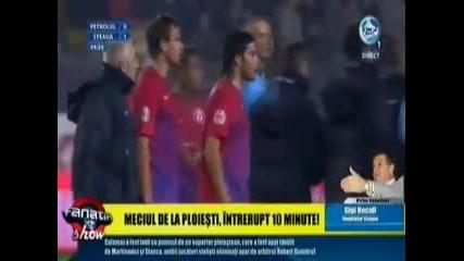 Скандал в Румъния! Футболисти пребиха фен на терена! *30.10.2011г.*