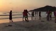 Тотално изтрещял денси на плажа!