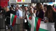 Фенове със знамена, шапки и плакат посрещнаха волейболистите ни в София