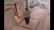 Мъж с яйца, куче, асансьор и... тъпа патка!