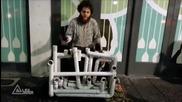 Уличен музикант свири на водопроводни тръби