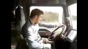 Луд румънски шофиор танцува докато кара