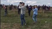 Унгарска операторка спъва бежанец носещ дете, който бяга от полицията!