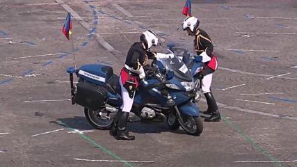 Полицаи катастрофираха пред очите на Макрон