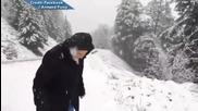 Възрастна жена на 101 години се радва на снега