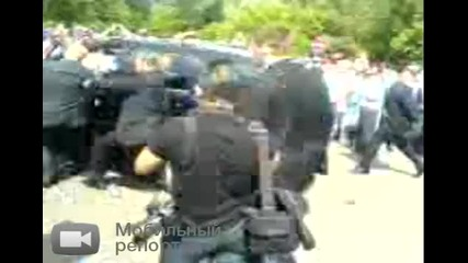срам:колата на предзидента Медведев едва не сма4ка тълпата :-(