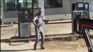 Най-лудия танц на бензиностанция
