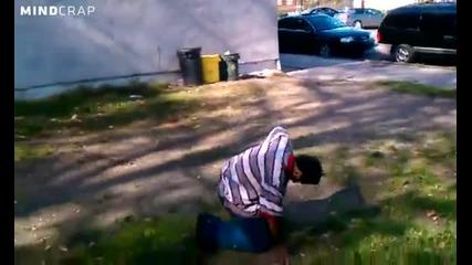 Наркоман скача на задно салто от двуетажна сграда за 1долар пада като Пaуър Реинджър