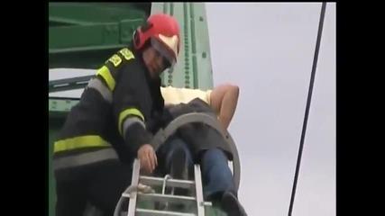 Пиян сърбин заспа, докато се катери на мост