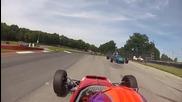 Състезателна кола прелетя над друга, на сантиметри от главата на шофьора!