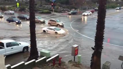 Шофьор на Lamborghini преминава без колебание през наводнен участък от път