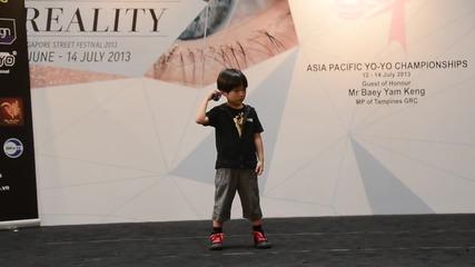 Хлапе на 6 годишни майстор на йо-йо