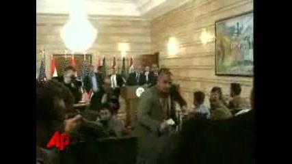 Bush - Замерят С Обувка На Пресконференция