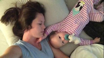 Какво се случва докато майката се опитва да заспи с бебето си..