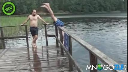 Смях! Ето така се влиза във водата