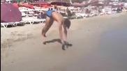 Страхотен гимнастик на плажа