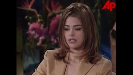 Звездата Дениз Ричардс дава интервю за филма си Лудории (1998)