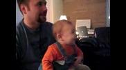 Бебе Пада От Смях