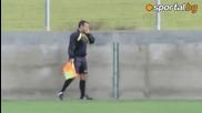 Български рефер разговаря по телефона докато ръководи мач
