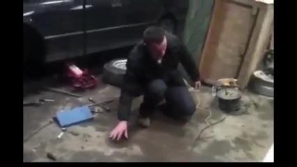 Смях ... Руснак използва електропроводимостта на тялото си като запалка