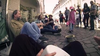 Трима музиканти помагат на просещ човек