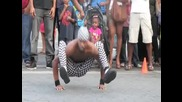 Улични танцьори правят страхотно шоу .
