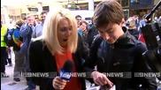 Младеж потрошава първия закупен iphone 6 в Пърт, Австралия