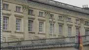 Гол мъж се спуска от Бъкингамския дворец