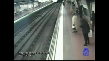 Полицай спасява пиян мъж, паднал в релсите на метрото
