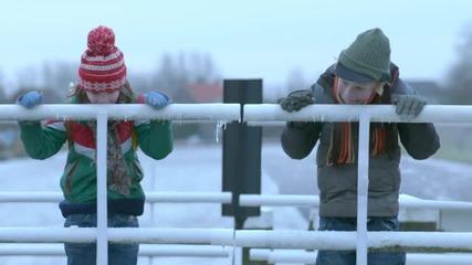 Смях! Деца си слагат езика на замръзнал мост.. : D