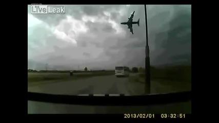 Самолет се разби в магистралата в Афганистан 29.апр.2013