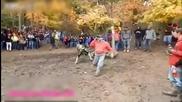 Мъж от публиката показа перфектен рефлекс от падащ моторист за да запази живота си !
