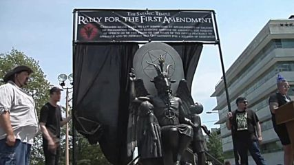 USA: Counter-protesters raise hell over Satanists' Baphomet statue