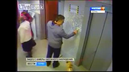 Мъж спасява куче в асансьор