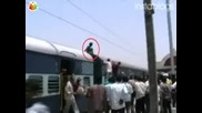 Потресаващо - самоубиец се хваща за високоволтов проводник!