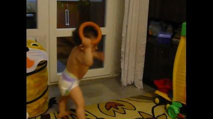 Бебе играе голо