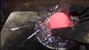 Нагорещено метално топче върху огнезащитни гирлянди