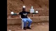 Пакистански войник показва умения с пистолет