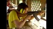 момче стреля с калашник