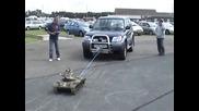 Миниатюрен танк дърпа джип